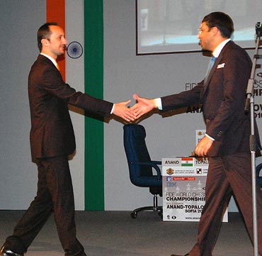 Viswanathan Anand (right) with Veselin Topalov