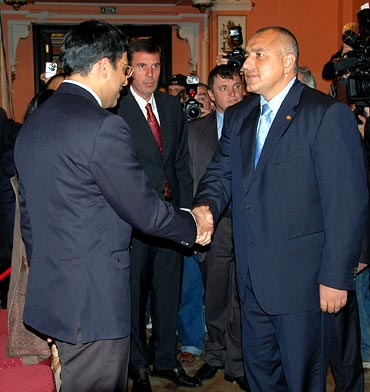 Viswanathan Anand (left) speaks to Prime Minister of Bulgaria Boiko Borisov