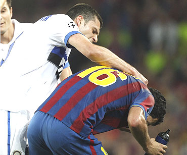 Inter Milan's Thiago Motta (centre) gets into a scuffle with Barcelona's Sergio Busquets after receiving a red card