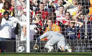 Liverpool's goalkeeper Pepe Reina concedes a goal against Arsenal