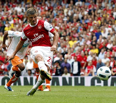 Andrei Arshavin shoots and scores a penalty against Blackpool