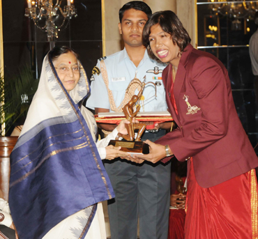 Jhulan Goswami receives the award from Pratibha Patil