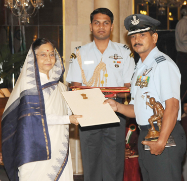 Wing Commander Jai Kishan receiving the Tenzing Norgay adventure award from the president