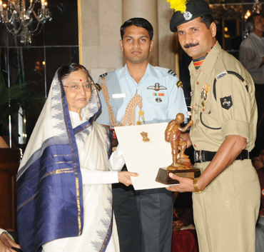 Kamlesh Bounthiyal receives the award from Pratibha Patil
