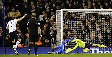 Tottenham Hotspur's Roman Pavlyuchenko scores past Chelsea goalkeeper Petr Cech