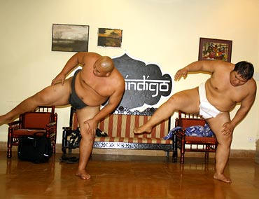Byambajav Ulambayar (left) and Naranbat Gankhuyag warm-up