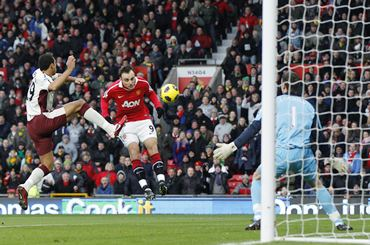 Berbatov heads past Sunderland's Gordon to score Manchester United opening goal