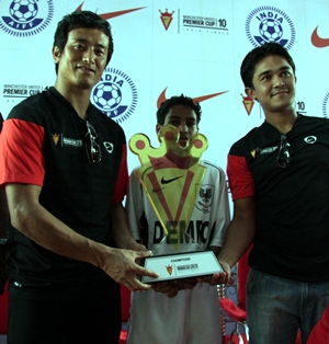 Baichung Bhutia and Sunil Chettri with the Nike-MUPC 2010 finals trophy
