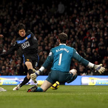 Park Ji-Sung (centre) scores the third goal for Manchester United