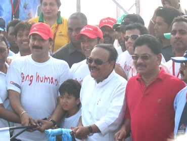 MLA Baba Siddiqui (left), Salman Khan (centre) and PWD Minister Chhagan Bhujbal flag off the Elite International race
