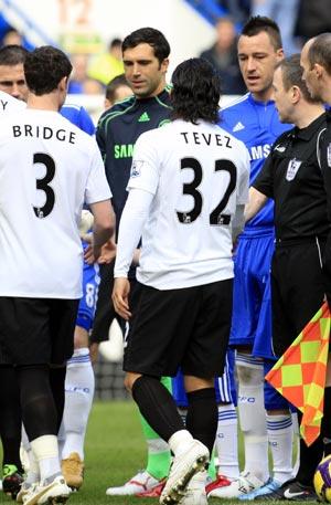 Man City defender Wayne Bridge (left) refuses to shake hands with Chelsea captain John Terry (3rd right)