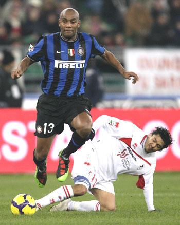 Inter Milan's Maicon (left) is challenged by Bari's Paulo Barreto