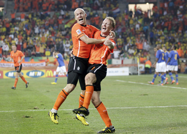 -Netherlands' Arjen Robben (L) celebrates with Dirk Kuyt after their team scored against Brazil