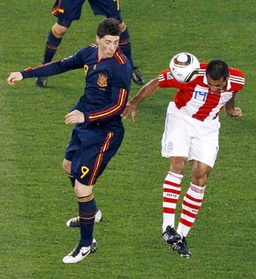 Fernando Torres fights for the ball with Paraguay's da Silva