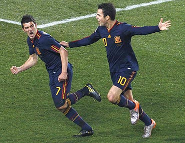 David Villa (left) celebrates with Cesc Fabregas  after scoring against Paraguay