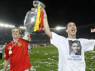 Fernando Torres and Sergio Ramos with the Euro trophy