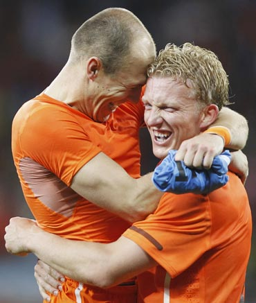 Arjen Robben celebrates with Dirk Kuyt