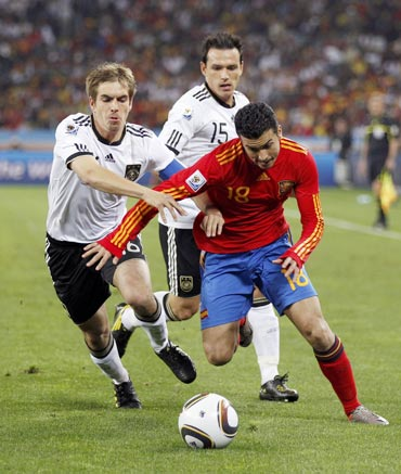 Pedro dribbles the ball past Philliph Lahm