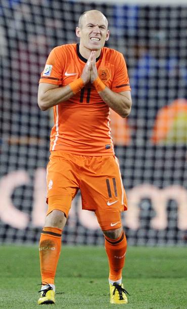 Arjen Robben pleads to the referee