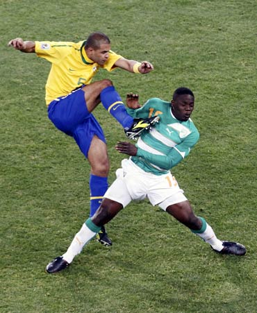 Felipe Melo (left) fights for the ball with Ivory Coast's Aruna Dindane
