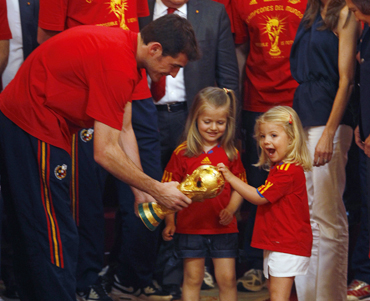 Spain's Infantas Sofia and Leonor react as Iker Casillas shows them the World Cup trophy during a reception at Madrid's Royal Palace
