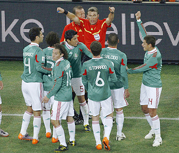 Rosetti instructs Mexican players to go back after they protest