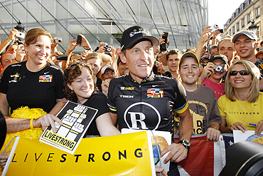 Armstrong poses with fans on Sunday