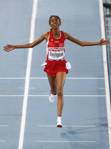 Elvan Abeylegesse celebrates after winning the 10,000m mark