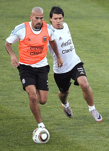 Veron (left) and Sergio Aguero during training