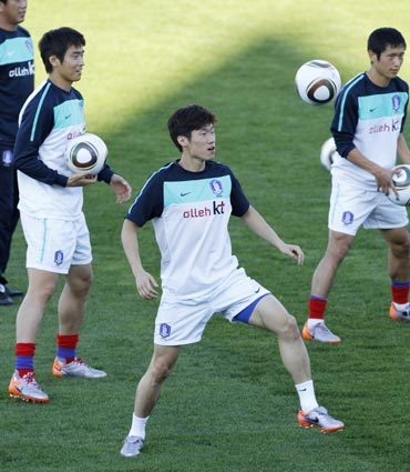 Park Ji-sung trains with team-mates
