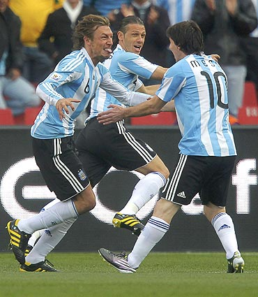 Argentina's Gabriel Heinze celebrates with team-mates after scoring against Nigeria