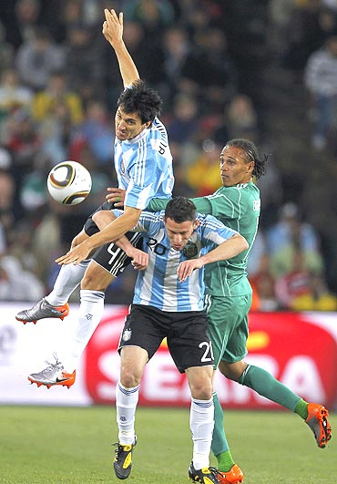 Nigeria's Chidi Odiah (right) battles for the ball with Argentina's Maxi Rodriguez (centre) and Nicolas Burdisso