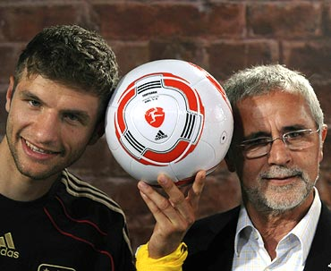 Thomas Mueller with former player Gerd Mueller