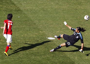 South Korea's Lee Chung-yong shoots to score a goal past Argentina goalkeeper Sergio Romero