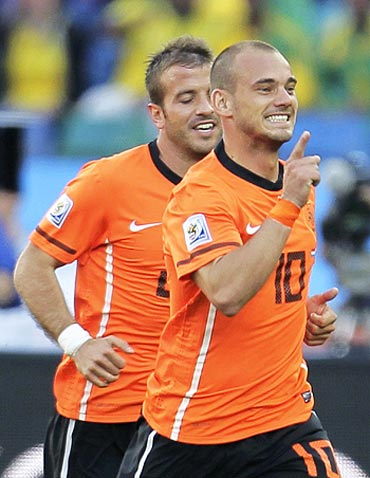 Wesley Sneijder (right) celebrates his goal with teammate Rafael van der Vaart