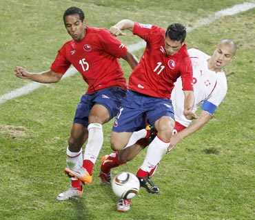 Chile's Beausejour and Gonzalez fight for the ball with Switzerland's Inler