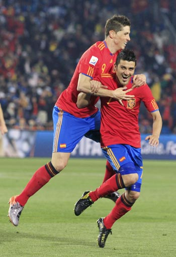 David Villa (right) celebrates with Fernando Torres after scoring against Honduras