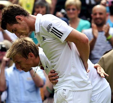 Andy Murray and Jarkko Nieminen bow to Queen Elizabeth