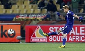 Keisuke Honda scores Japan's opening goal