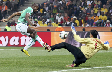 Ivory Coast's Salomon Kalou (L) scores a goal past North Korea's goalkeeper Ri Myong-guk during a 2010 World Cup Group G match