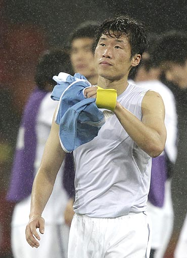 Park Ji-sung walks off the pitch