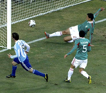 Gonzalo Higuain scores Argentina's second goal