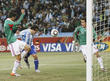 Tevez scores for Argentina