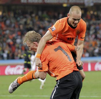 Wesley Sneijder is chaired after scoring