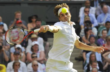 Roger Federer returns to Jurgen Melzer