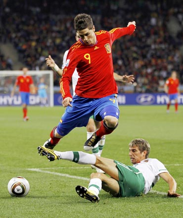 Fernando Torres dribbles past Portugal defender