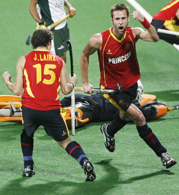 Spain's David Alegre and Lainz celebrate their first goal during their match against Pakistan at the men's Hockey World Cup