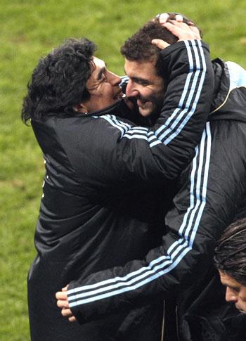 Maradona hugs Gonzalo Higuian