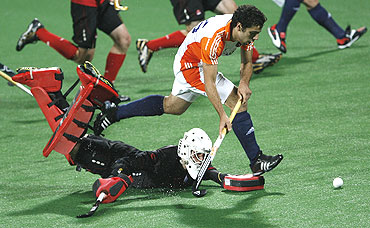 Dutch Valentin Verga dribbles past Canada's goal-keeper Matthew Peck