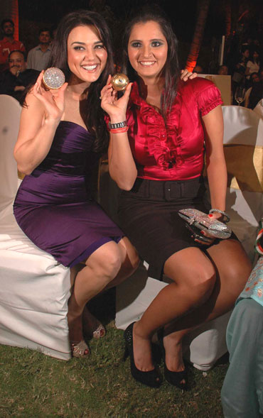 Preity Zinta and Sania Mirza show off their momentos received at the event